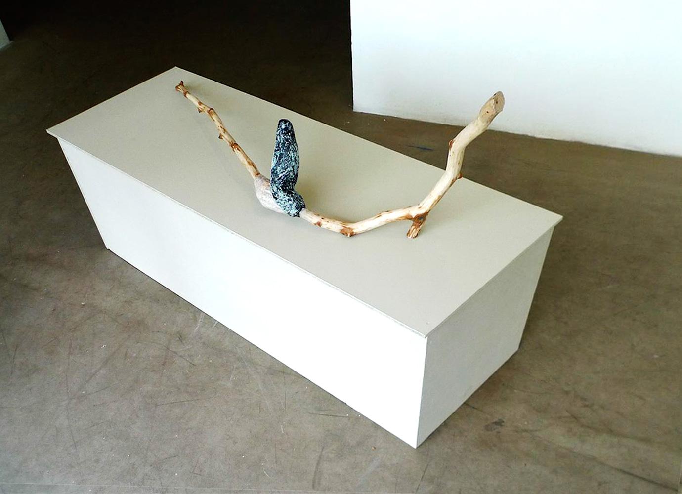 Gedachtenknoop, 2016, 99 x 47 x 37 cm, hout, papier maché klei, acryl